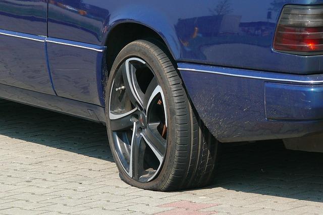 「道路の凹みで車のタイヤがパンク!自治体の保険で修理してもらった話」のアイキャッチ画像
