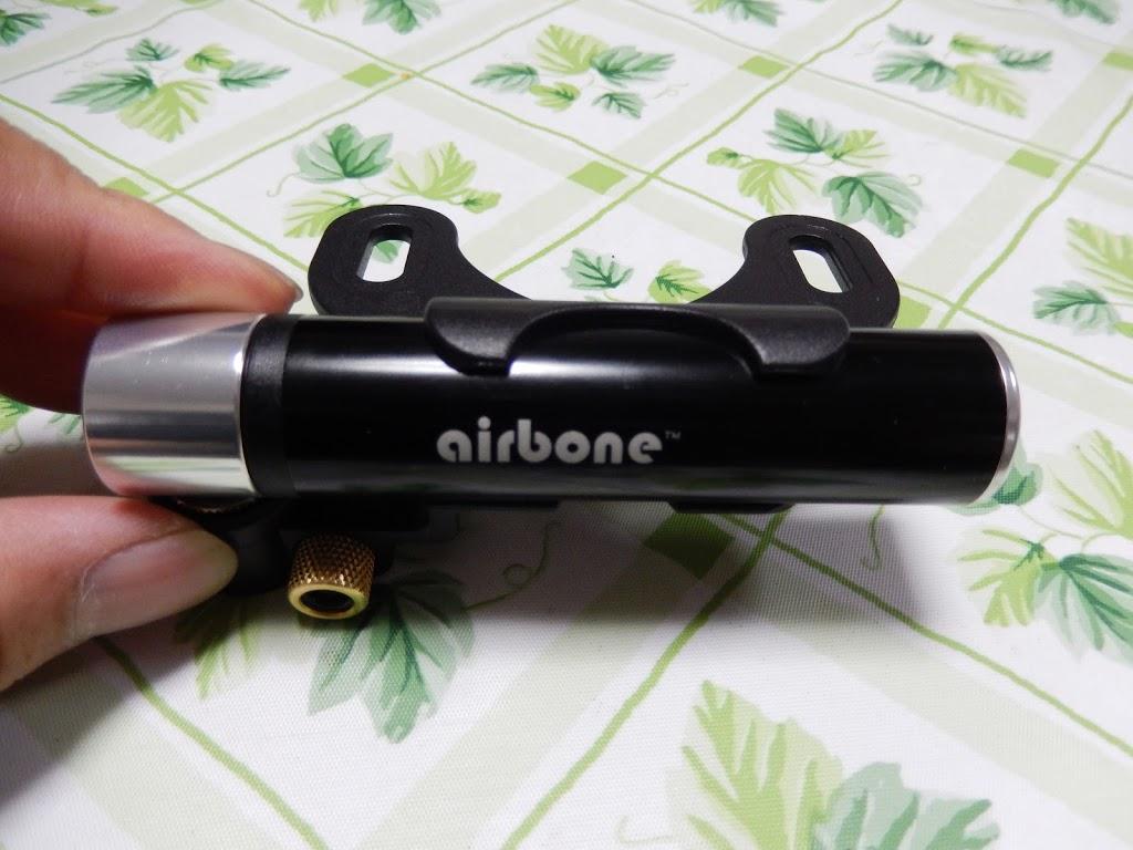 「air boneは長さ10cmで7bar入る空気入れ、ロードバイクでも使える」のアイキャッチ画像