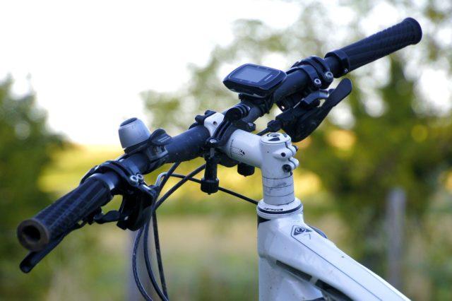 「クロスバイクのハンドル幅を自分サイズにカットすると乗り心地が大幅に良くなる!」のアイキャッチ画像