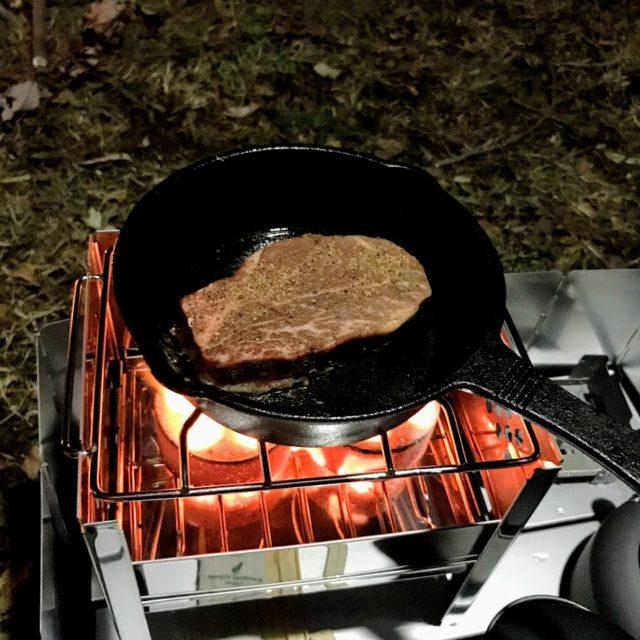 「小さな折りたたみコンロと成型炭で焼いたステーキは柔らかくて美味しかった」のアイキャッチ画像