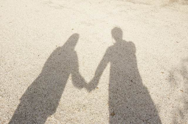「カップルで歩く時は彼氏と彼女どっちが右か。その理由とは」のアイキャッチ画像