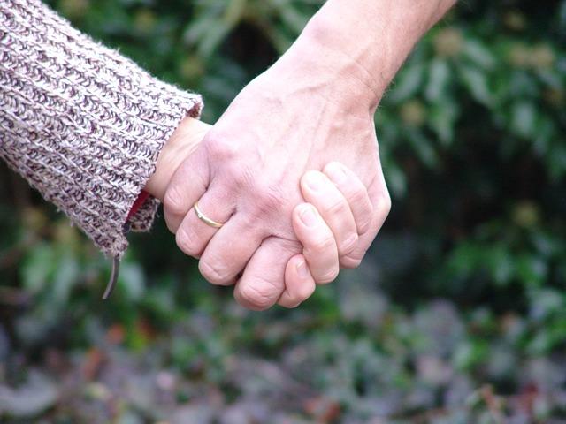 「オネエの小指は自然に立つのか立てるのか、握るとの関係は」のアイキャッチ画像